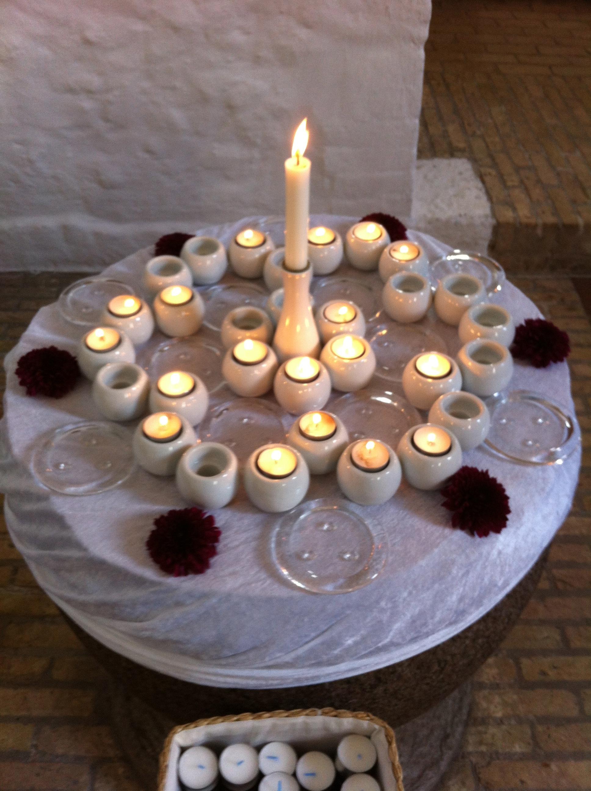 Vi tændte et lys hver i kirken i dag – for ofrene på Utøya og i Oslo